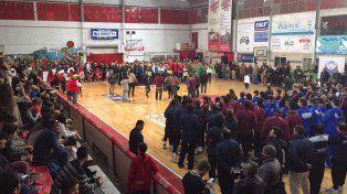 Postal. Imagen de lo que fuera ayer el acto de presentación del Argentino de Mayores en cancha de Independiente.