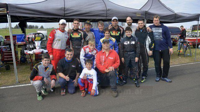 La familia entera asiste a las carreras de karting de la región.