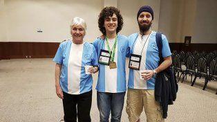 Ian Fleschler (en el medio) consiguió el puesto número 14 de 615 concursantes