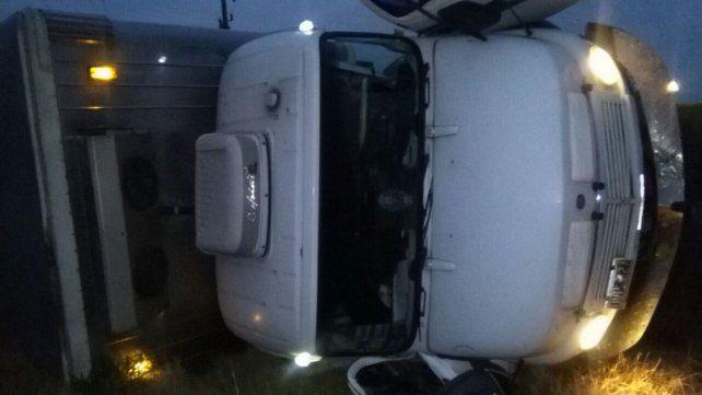 Un camión volcó en la banquina de la ruta nacional 14