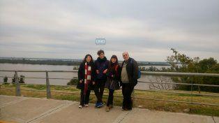 La familia de Parque Chacabuco sorprendida con la belleza natural de Paraná. Foto UNO.