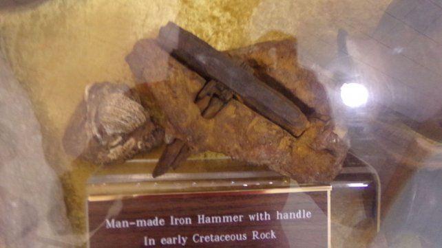 Detalle. En Glen Rose hay un martillo incrustado en una roca.