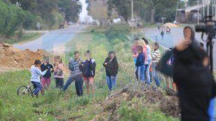 Hubo poca restricción policial para los curiosos que llegaron al lugar. Foto UNO Juan Ignacio Pereira.