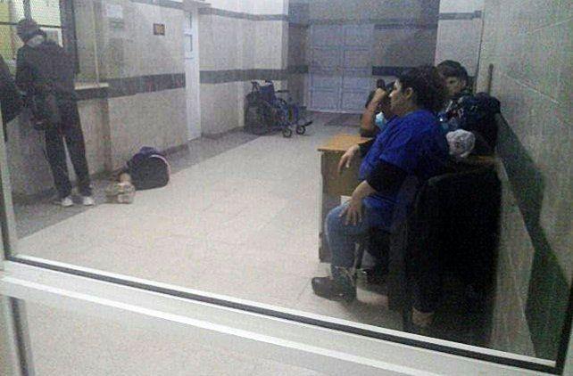 La mujer cayó al piso del dolor y luego le acercaron una silla de ruedas.