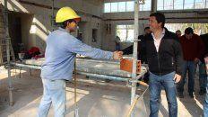 El obrero de la construcción saluda al precandidato.