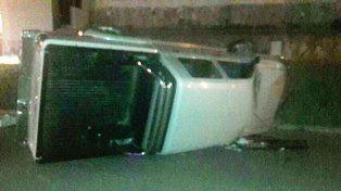 Un hombre fue hospitalizado tras volcar con la camioneta que conducía