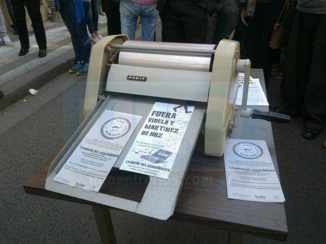 Una recreación de los panfletos que imprimían los estudiantes contra la dictadura, usando un mimeógrafo.