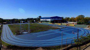 La pista tiene una extensión de 400 metros y seis andariveles.