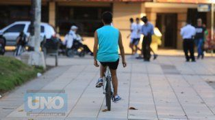 Un chico y su bici en la peatonal San Martín. Foto UNO Diego Arias.