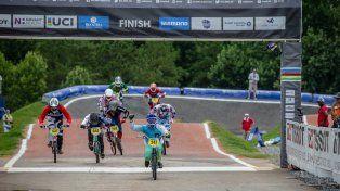 Puño en alto después de ganar la final. Foto Facebook/ 2017 UCI BMX World Championships.