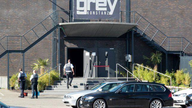 La policía custodia este domingo el acceso a club nocturno donde se registró el tiroteo.
