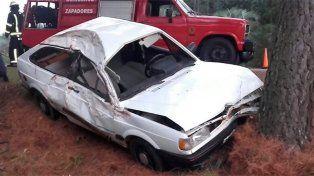Se durmió al volante y chocó contra dos árboles: 4 jóvenes heridos