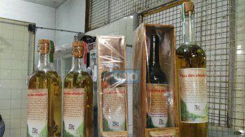 Las botellas expuestas en el puesto 21 de la feria de Salta y Nogoyá
