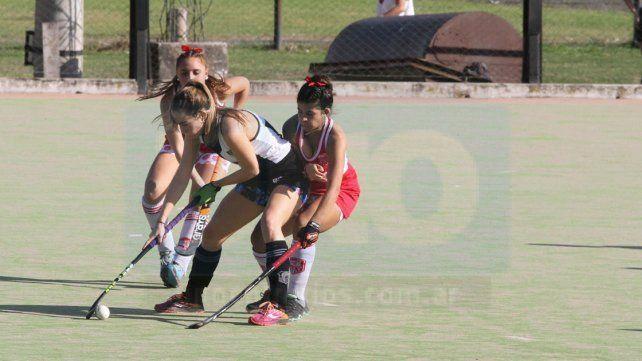 Las chicas del CAE y Talleres brindaron un partido cerrado el sábado.