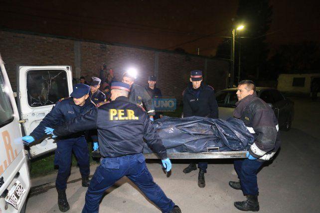 Así se llevaban el cuerpo que encontraron a la vera del Antoñico. Foto UNO Diego Arias.