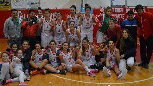 Las chicas del Rojo muestran con sus manos las cantidad de títulos que les pertenecen. Ahora fueron dirigidas por Nicolás Giorello.