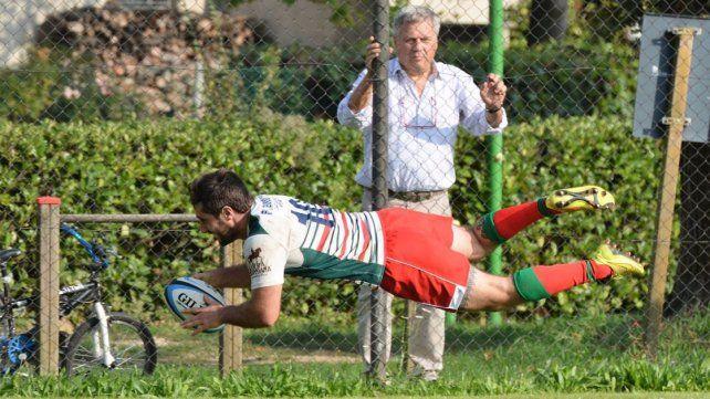 Vuela. El jugador nacido en Concepción del Uruguay lanzado al try en su último club