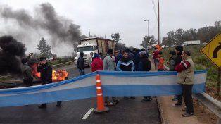 Los trabajadores en la ruta. Foto El Día Gualeguay.