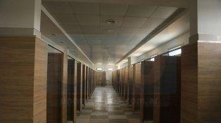 Interior. La vista elocuente de uno de los grupos sanitarios en la planta alta.