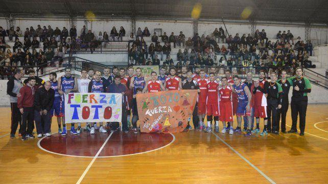 Todos posan para la foto sosteniendo las banderas que rezan Fuerza Toto. Gran gesto de todos.