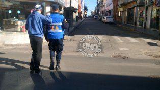 El joven ciego se apoyó en el hombro del policía para cruzar.