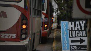 Los trabajadores de la Salud tienen que tomarse todos los días dos colectivos o más. Foto UNO Mateo Oviedo.