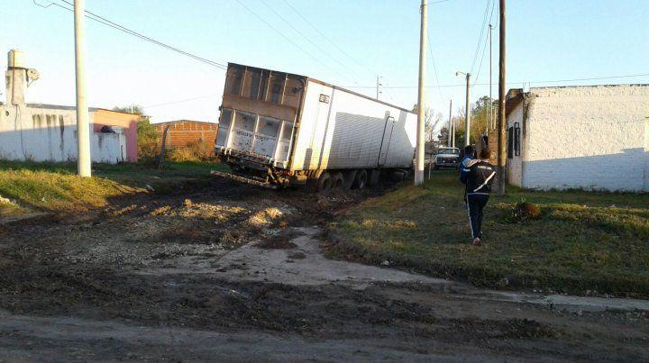 En un video muestran como quedan los camiones en el barro de Colonia Avellaneda