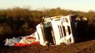 Chofer realizó una mala maniobra y terminó volcando el camión