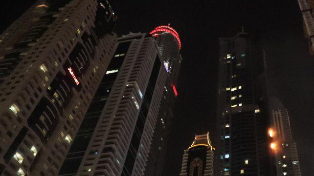 Un incendio consume varios pisos de un famoso rascacielos de Dubai