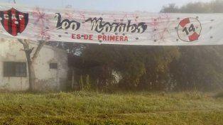 En Villa Urquiza apareció un pasacalle que saluda la llegada de Leonardo Morales a Patronato. Leo Morales es de Primera