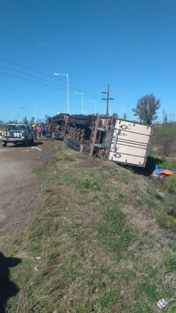 Camión de Brasil cargado con pollo congelado volcó en Chajarí