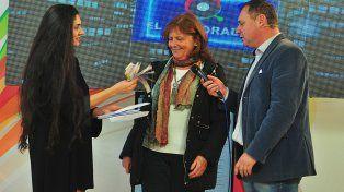 Lorena Smail representante del departamento de Marketing de Diario UNO de Entre Ríos entrega el premio.