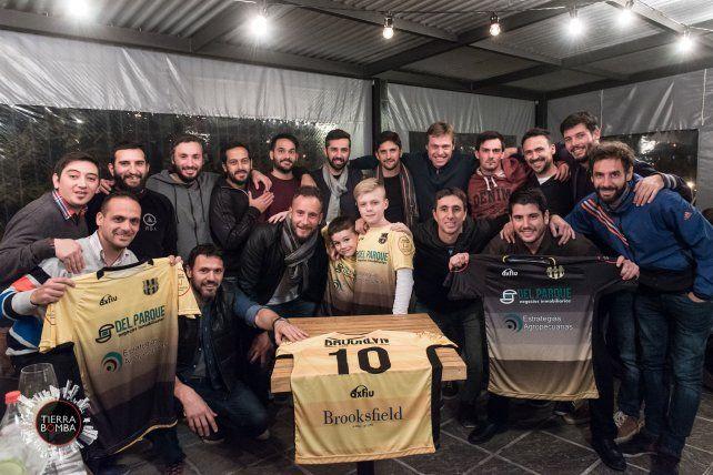 Los integrantes del equipo amateur de fútbol que presentaron las camisetas. Foto Gentileza Diego Páramo.