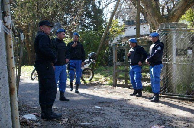 Policías en la puerta de la reserva de Santa Catalina