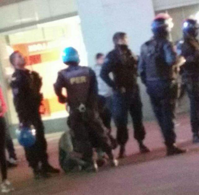 Se citaron a pelear por las redes sociales: disturbios y sangre en plena peatonal