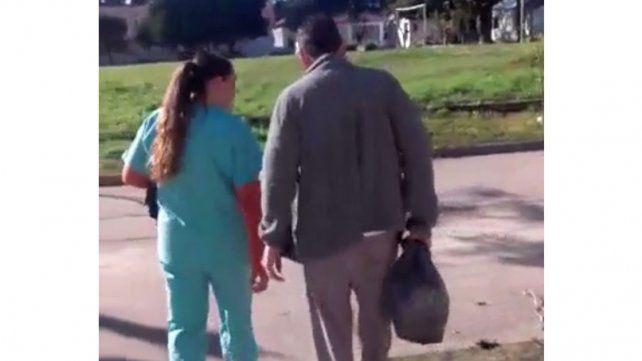 Peligroso. Registraron imágenes de Ríos caminando en el hospital.