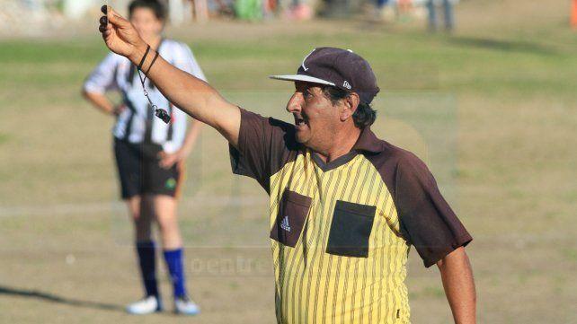 Un adelantado. Abrego se calzó la gorra para evitar que el sol perjudique sus fallos: Foto UNO Juan Pereira