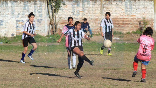Una topadora. Las Pumas vencieron por 7 a 0 a Las Seguidoras y sueñan con el campeonato. Foto UNO Juan Ignacio Pereira