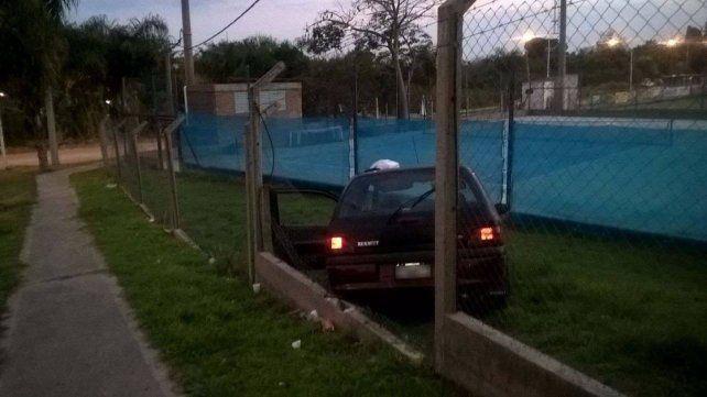 Conductor hizo una mala maniobra y chocó contra un cerco del Paraná Rowing Club