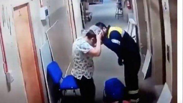 Un paramédico pateó en la panza a una embarazada