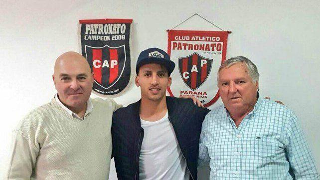 Migone junto al gerente deportivo Gustavo Abdala y al presidente Miguel Hollman.