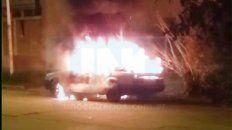 se incendio casi por completo un auto en parana