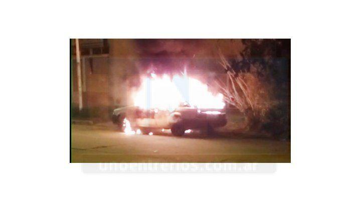 Se incendió casi por completo un auto en Paraná