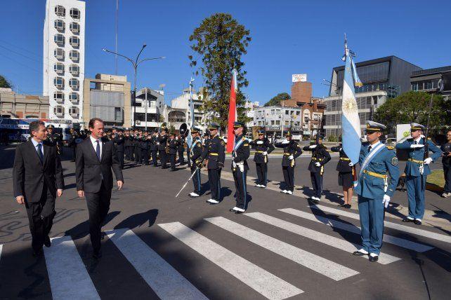 El embajador junto al gobernador en la puerta de la Casa de Gobierno.