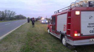 Un automóvil derrapó y terminó montado en un guardarraíl