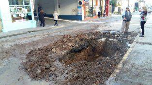Cortaron el tránsito en Corrientes y Andrés Pazos para arreglar un pozo enorme