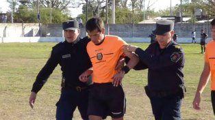 La fuerza policial acompañó al árbitro al vestuario tras los incidentes dentro del campo de juego.
