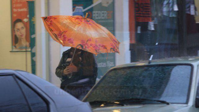 Jornada con lluvias y tormentas, vientos con ráfagas y una máxima de 20 grados