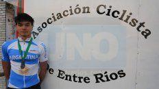 El ciclista de Paraná ayer en la sede de la Asociación Entrerriana de Ciclismo.