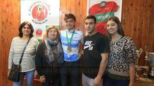 Con su familia. Nicolás junto a su abuela